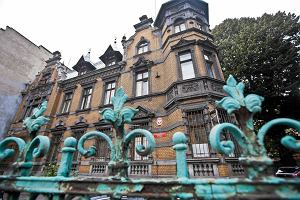 Polskie komisariaty w fatalnym stanie: zagrzybia�e �ciany, brak papieru