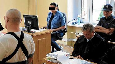 Proces 'Oczki' i 'Dudusia' przed Sądem Okręgowym w Szczecinie. W głębi protokolantka, wokalistka szczecińskiego zespołu, która ze sceny miała krzyczeć 'Tusk, zabić go!'