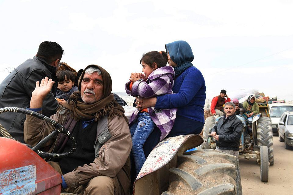 Kurdowie uciekający przed turecką ofensywą w Afrin na północy Syrii