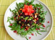 Sałatka z czarnego ryżu z kolorowymi paprykami i pestkami granatu - ugotuj