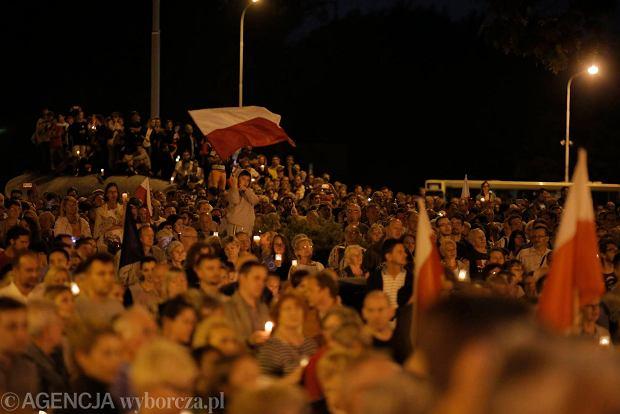 Zdjęcie numer 94 w galerii - Tłumy przed Sądem Okręgowym w Łodzi. Kolejny dzień protestów przeciwko zmianom PiS w sądownictwie [ZDJĘCIA]