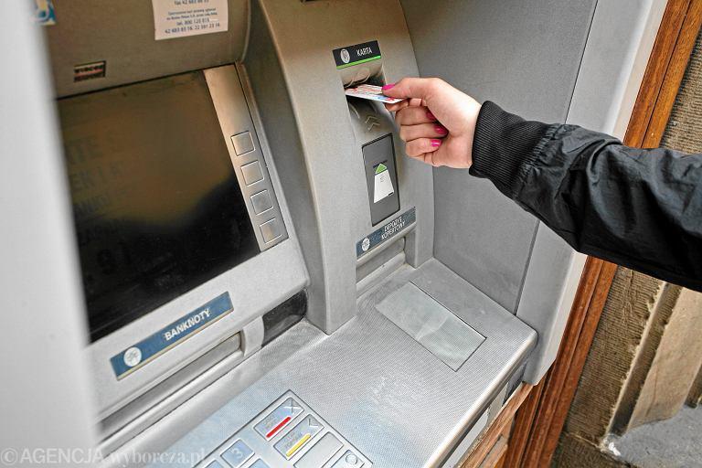 Ofiarami oszustów padają zwłaszcza osoby starsze, które wypłacają i przekazują im swoje pieniądze