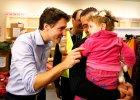 Premier Kanady Justin Trudeau wita pierwszych uchod�c�w