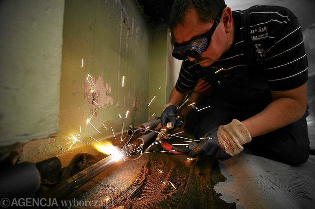 Spawacz podczas pracy przy instalacji grzewczej (fot. Tomasz Stańczak/AG)