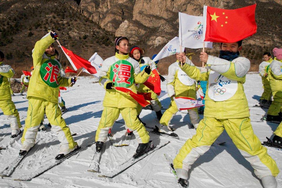 Dzieci uczą się jeździć na nartach w ośrodku Yanqing pod (takie trochę większe