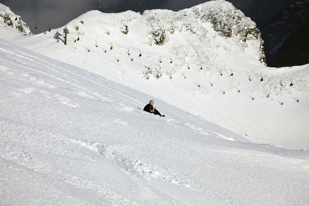 Co tam lawina! Turyści w Tatrach zjechali ze szczytu na foliowych workach na śmieci