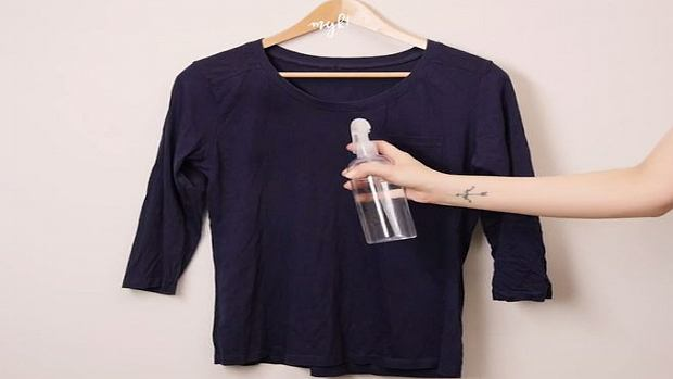 Spryskała bluzkę czystą wodą, a później...