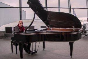 Laureat Grammy W�odek Pawlik zagra� na Lotnisku Chopina
