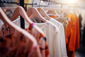 Letnia sukienka dla puszystej - podpowiadamy jaką wybrać [moda plus size]