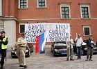Manifestacje pod Zamkiem Kr�lewskim podczas podpisania przes�ania z Cyrylem I