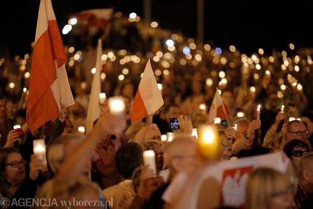 Zdjęcie numer 93 w galerii - Tłumy przed Sądem Okręgowym w Łodzi. Kolejny dzień protestów przeciwko zmianom PiS w sądownictwie [ZDJĘCIA]