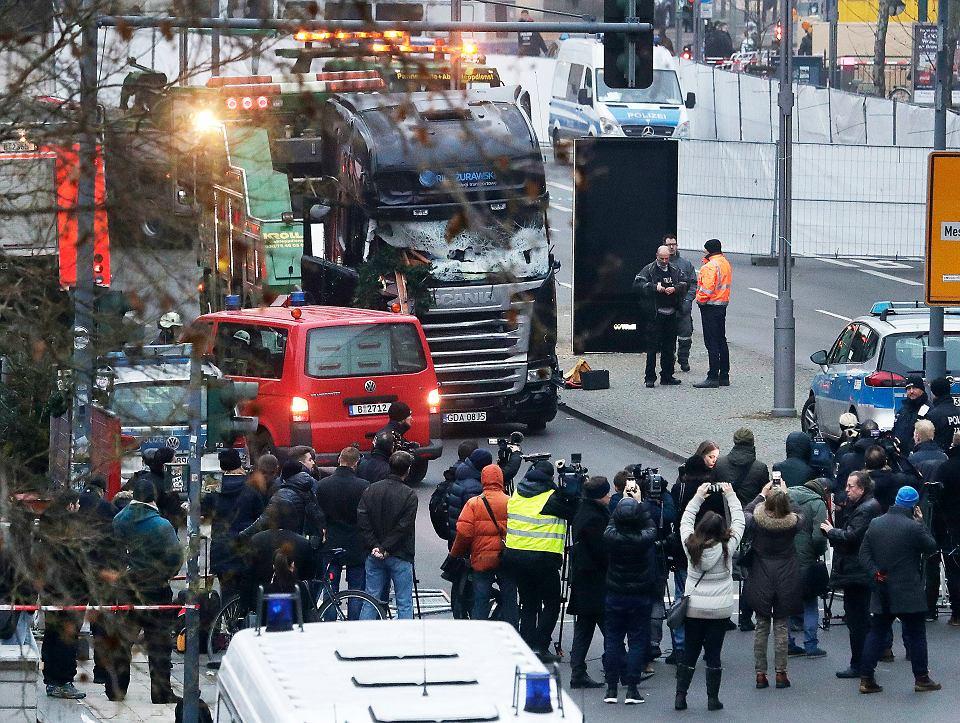 Zamach Photo: Berlin. Ciężarówka Wjechała W Tłum Na świątecznym Jarmarku