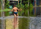 """Co wi�kszy deszcz, to pow�d� i ofiary zalania. """"W jednej z gmin ludzie odbudowuj� si� 8 metr�w od wyrwy w wale"""" [WYWIAD]"""