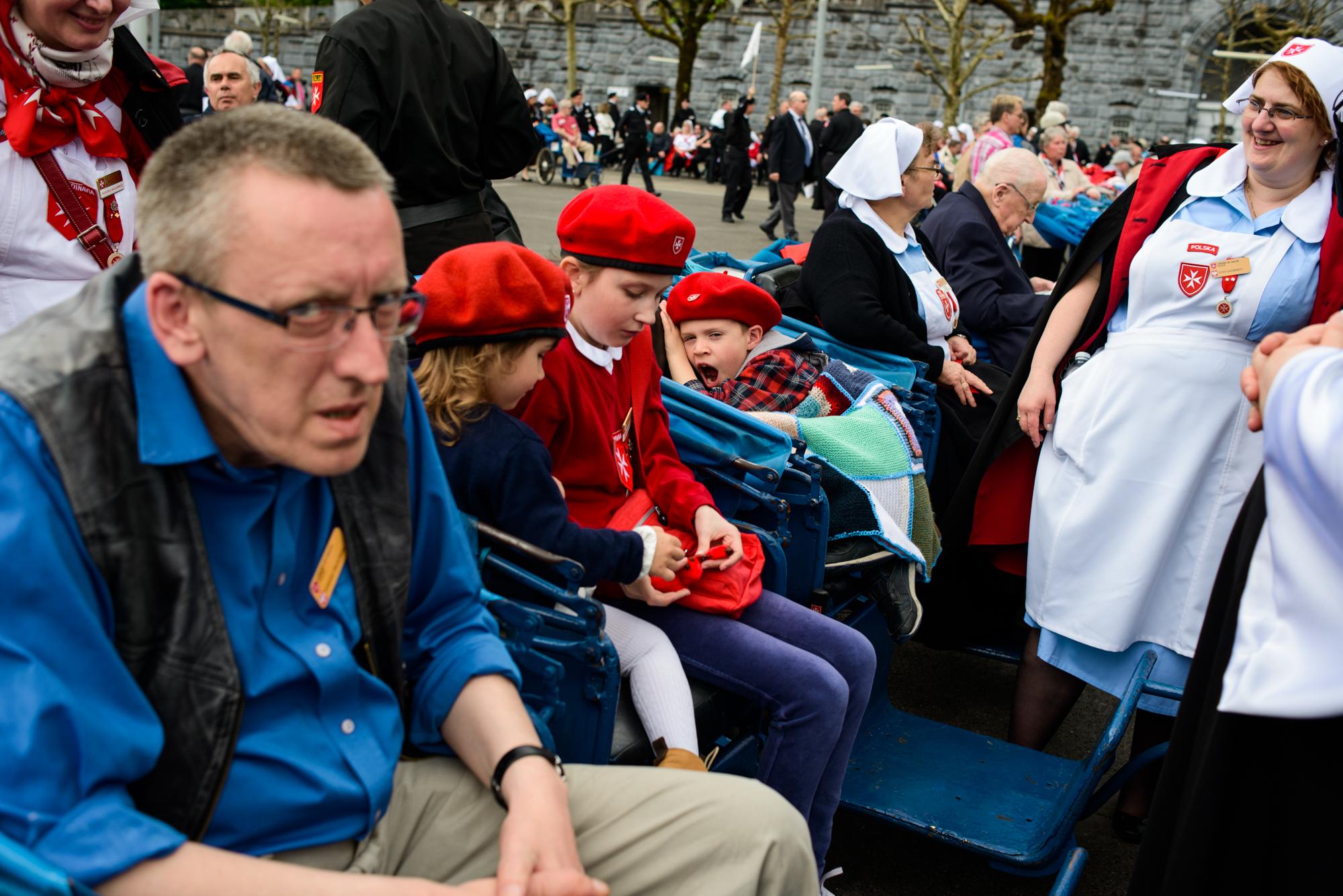 Oczekiwanie na procesję (fot. Piotr Idem)