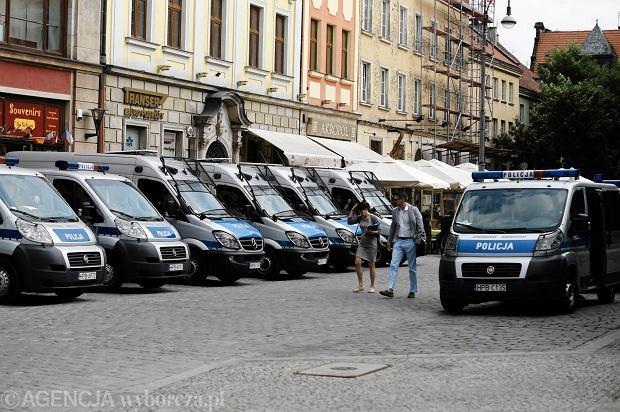 240 tys. mundurowych zaczyna b�j o chorobowe. Pierwsza runda pod Sejmem