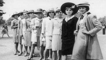 Polskie i niemieckie modelki. Pierwsza od lewej Małgorzata Krzeszowska, druga Anna Rembiszewska, czwarta od lewej Renata Zielińska, obok niej Małgorzata Blikle, ósma od lewej Grażyna Muszyńska, dziewiąta Elżbieta Grabiec.