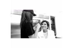 Kylie Jenner jest fank� makija�owych trik�w. Tym razem prezentowa�a je na mamie. Jak wysz�o? Kris by�a zachwycona
