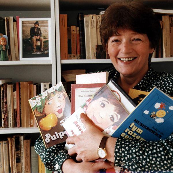 Małgorzata Musierowicz dla pokoleń czytelniczek jest przede wszystkim autorką serii książek, którą historyk teatru Zbigniew Raszewski ochrzcił 'Jeżycjadą'.