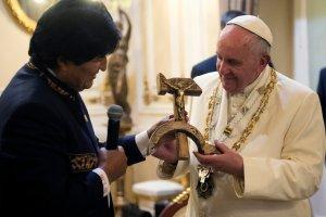 Krucyfiks z sierpa i m�ota, zdj�cia z tekturowym papie�em, Franciszek przebieraj�cy si� w Burger Kingu. Papie� w Ameryce �aci�skiej [ZDJ�CIA]