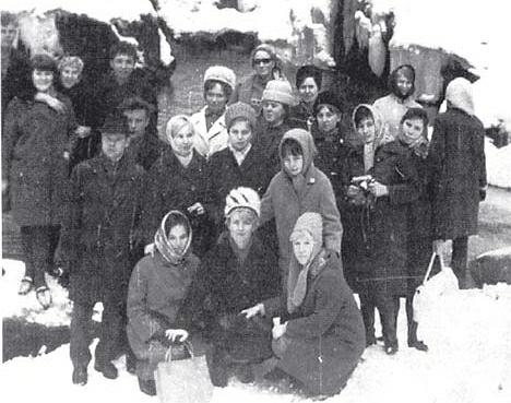 Zdjęcie radzieckich turystów z Kujbyszewa, którzy przyjechali do Polski na wycieczkę w ramach wymiany. Feralnego dnia tylko kilka osób zostało na dole zwiedzać Karpacz. Większość, mimo ostrzeżeń ratowników, wybrała wędrówkę po górach. Z tej grupy przeżył tylko 28-letni Władimir Fadiejew.