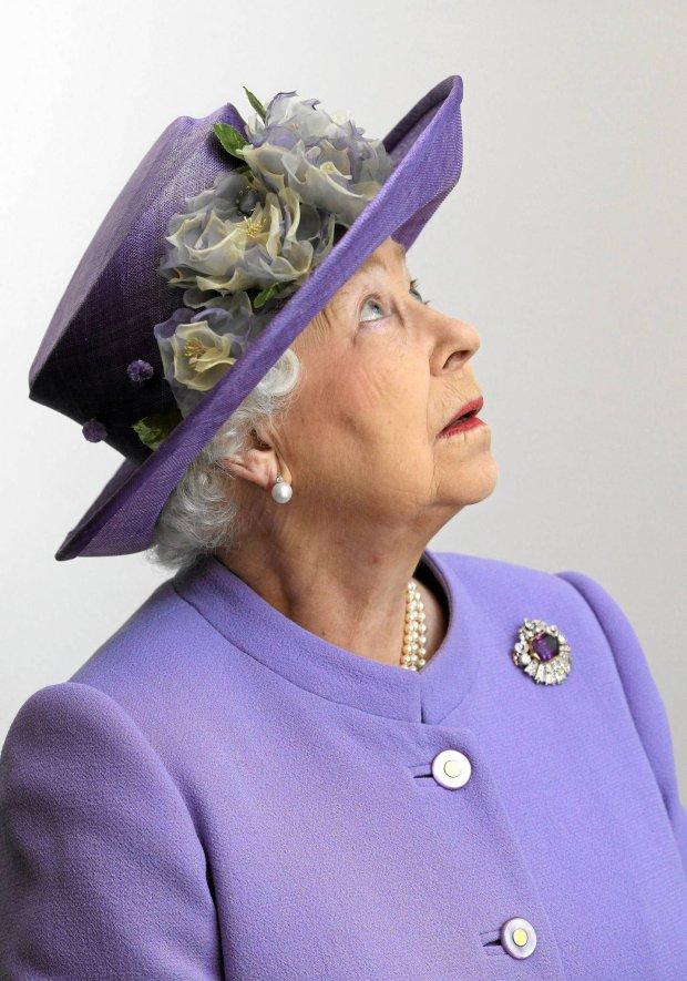 W kr�lewskiej garderobie: Dlaczego El�bieta II nosi kapelusze? �eby by� widoczn�