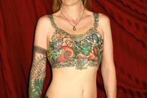 Mały Tatuaż Na Piersiach Poradnik Kobiety