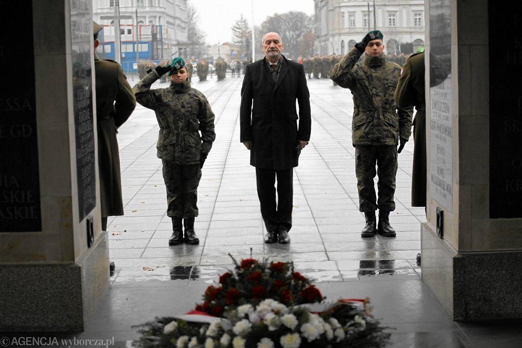 Antoni Macierewicz przy Grobie Nieznanego Żołnierza