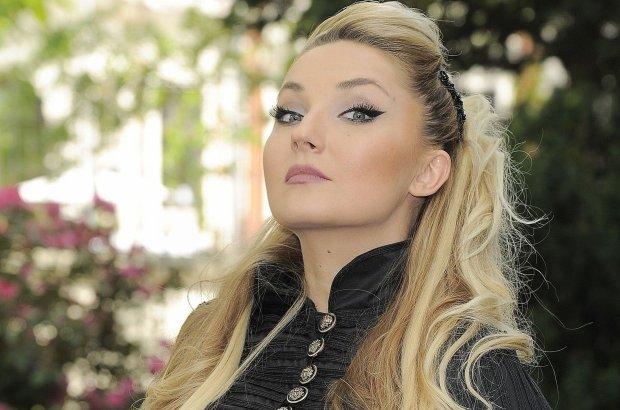 """Piosenkarka na konferencji prasowej Polsat SuperHit Festiwal wystąpiła w stroju, który trudno będzie przebić innym gwiazdom. Mało która nosi aż tak brzydkie """"kostiumy""""."""