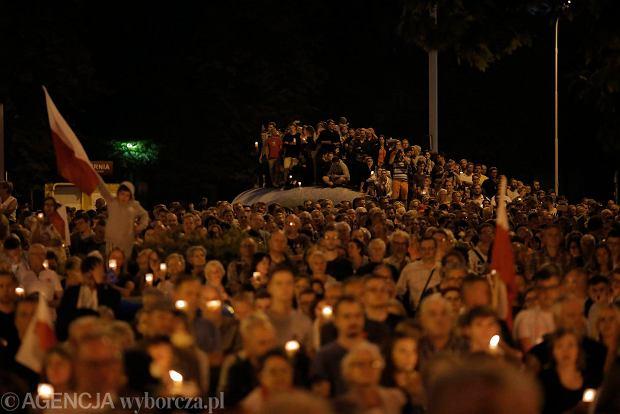 Zdjęcie numer 92 w galerii - Tłumy przed Sądem Okręgowym w Łodzi. Kolejny dzień protestów przeciwko zmianom PiS w sądownictwie [ZDJĘCIA]