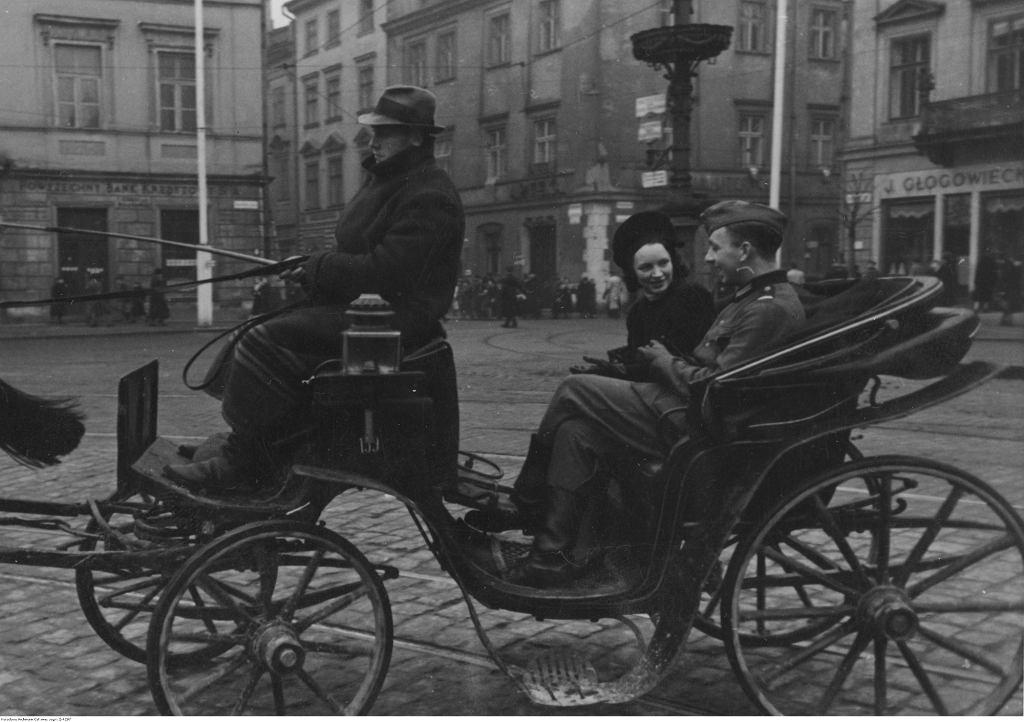 Niemiecki żołnierz i młoda kobieta podczas przejażdżki dorożką po Krakowie, 1940 r. (fot. Narodowe Archiwum Cyfrowe)