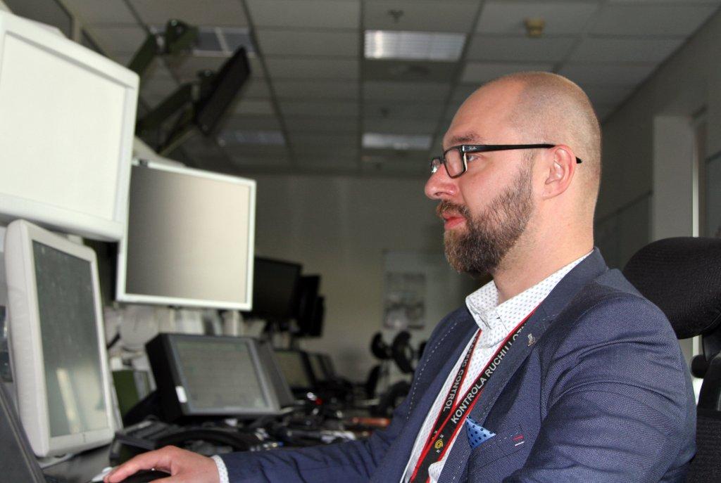 Janusz Januszewski z tego stanowiska kontroluje loty (fot. Polska Agencja Żeglugi Powietrznej)
