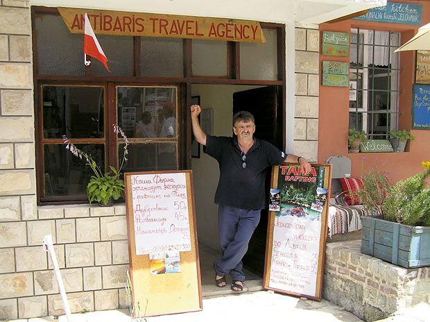 Podróż do Czarnogóry czyli na tropach mistrzów samogonu, wakacje, europa, podróże, Djoni w swojej firmie