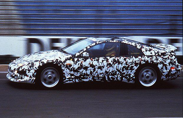 Ten Nissan rozpędzał się do prędkości ponad 300 km/h