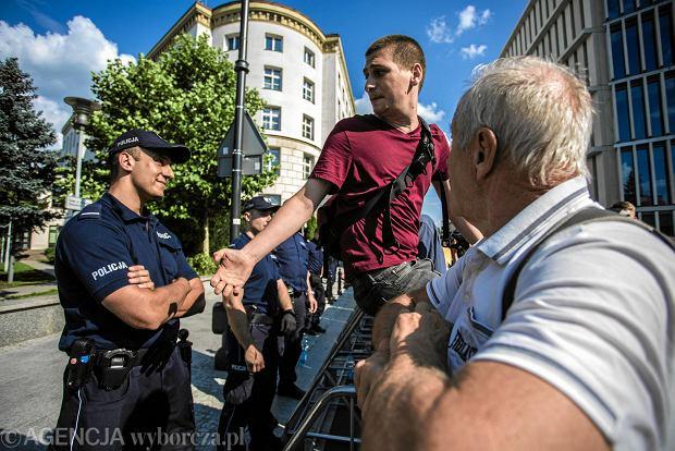 Zdjęcie numer 4 w galerii - Co się stało przed Sejmem? Obrońca Sądu opowiada, jak policjant uderzył policjanta megafonem