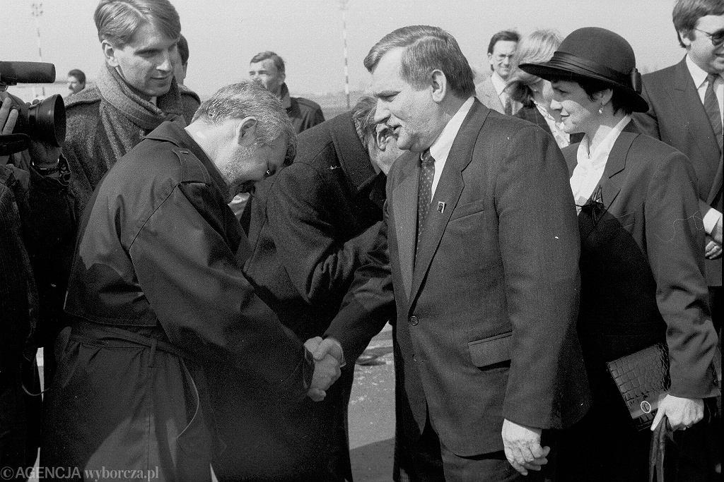 Odlot Lecha Wałęsy do Londynu żegnającego się z Janem Krzysztofem Bieleckim