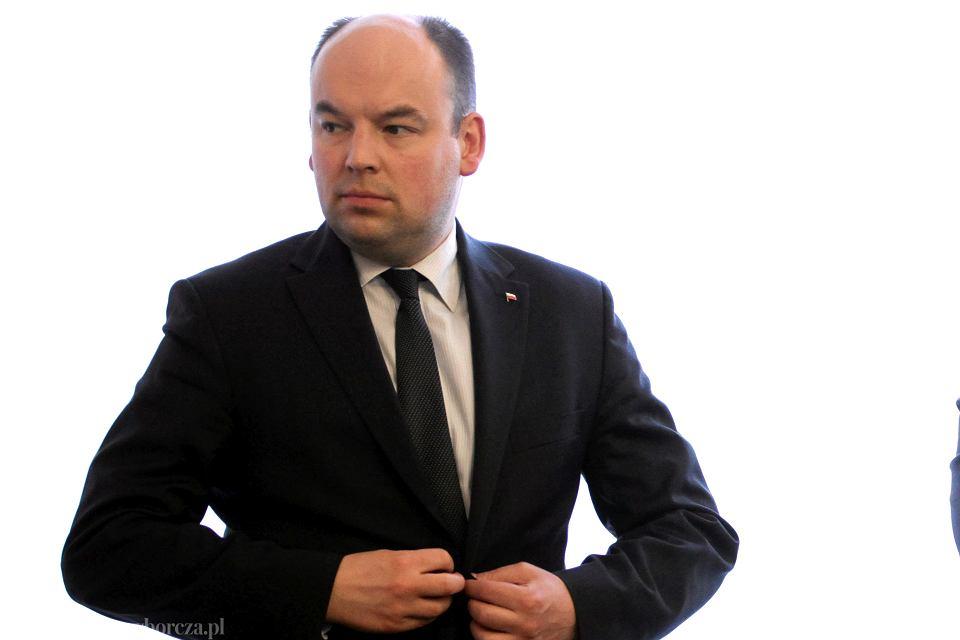 Nowelizację ustawy o służbie zagranicznej przedstawiał w Sejmie Jan Dziedziczak, sekretarz stanu w MSZ