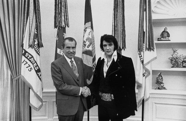 Biały Dom, 21 grudnia 1970 r. Spotkanie prezydenta USA Richarda Nixona z Elvisem Presleyem. Kiedy Nixon zobaczył gwiazdora, powiedział: 'Szaleńczo się ubierasz, co, synu?'. 'Panie prezydencie, pan ma swój show, a ja swój' - odpowiedział król rock and rolla.