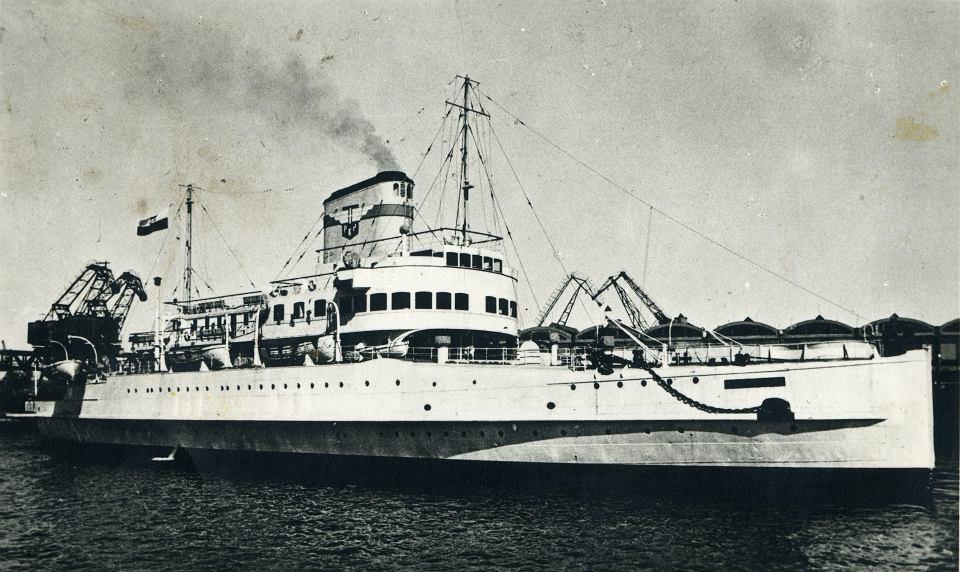 KOLEJARZ W maju 1950 r. Polskie Koleje Państwowe uruchomiły linię Świnoujście - Trelleborg, głównie dla przewozu towarów pochodzących z Czechosłowacji. Skierowano na nią polski prom Kopernik, po remoncie kapitalnym. Linię zamknięto pod koniec 1953 r., a Kopernik stał się portową jednostką pomocniczą. Ostatecznie złomowano go w 1958 r.
