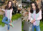 Anna Mucha i jej zraniony palec na prezentacji kolekcji H&M. Dobra�a buty i kolor paznokci do banda�a?