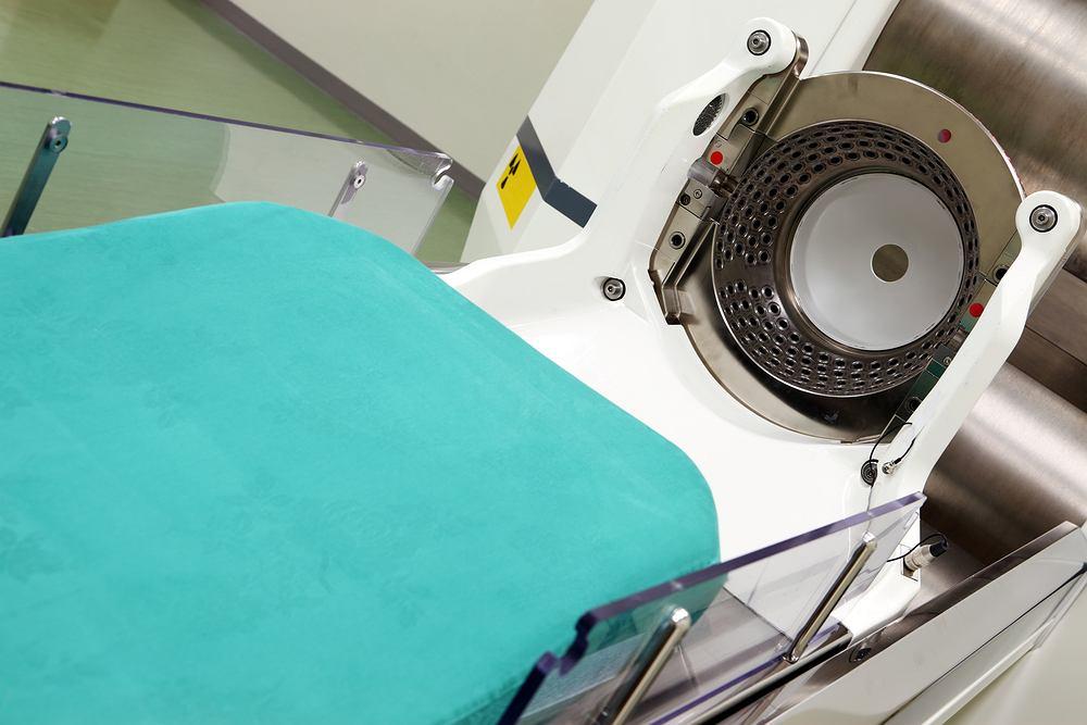 Radioterapia (radiochirurgia) stereotaktyczna wykorzystywana jest przede wszystkim w leczeniu guzów, których specyficzna lokalizacja nie pozwala na wykonanie klasycznego zabiegu chirurgicznego. Na zdjęciu Gamma Knife (nóż gamma) - jedno z urządzeń najczęściej wykorzystywane w radiochirurgii.