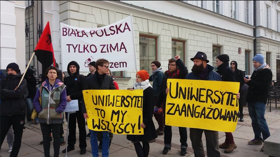 Protest pod bramą UW pod hasłem
