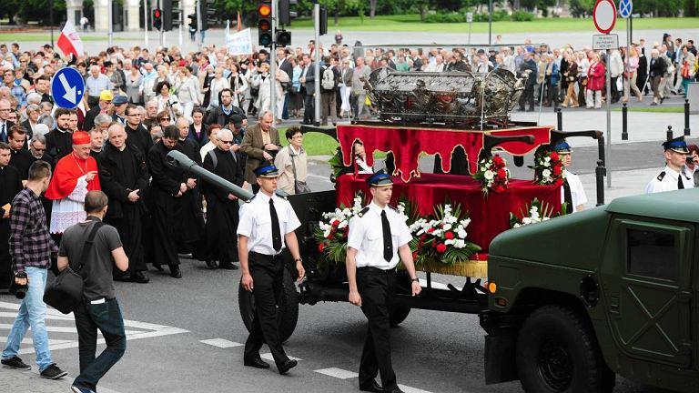 Procesja z relikwiami św. Andrzeja Boboli na ulicach Warszawy