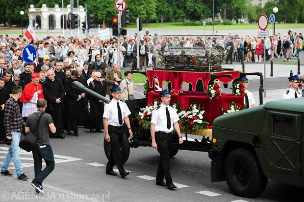 Procesja z relikwiami �w. Andrzeja Boboli na ulicach Warszawy