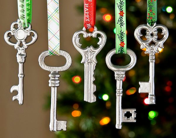 Klucze. Aby Mikołaj nie musiał wchodzić przez komin, na choince zawieś klucze. Ne pewno znajdziesz kilka sztuk w głębi szuflady. Oczyść je i przewlecz przez nie kolorowe wstążki. Prosty sposób na piękną ozdobę!