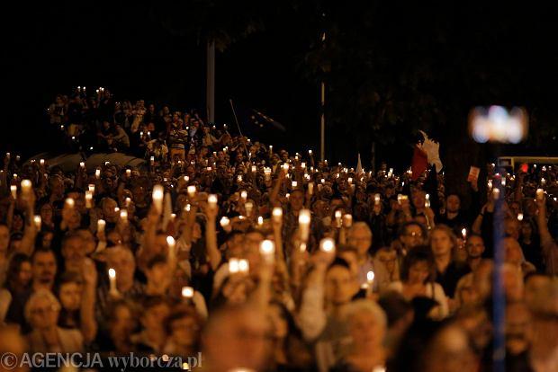 Zdjęcie numer 91 w galerii - Tłumy przed Sądem Okręgowym w Łodzi. Kolejny dzień protestów przeciwko zmianom PiS w sądownictwie [ZDJĘCIA]