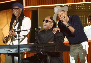 "Snoop Dogg, Stevie Wonder i Pharrell Williams opublikowali teledysk do nagrania ""California Roll""."