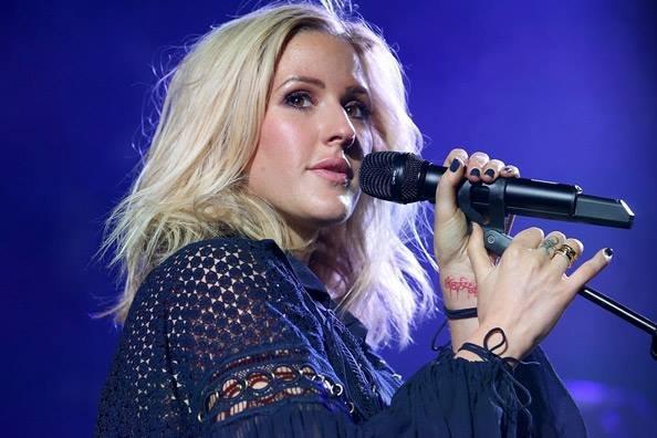 """Ellie Goulding bardzo dobrze czuje się w filmowych klimatach! Po sukcesie piosenki """"Love Me Like You Do"""", którą nagrała do filmu """"Pięćdziesiąt twarzy Greya"""", Goulding zaprezentowała piosenkę do nowej części przygód Bridget Jones. Czy """"Still Falling For You"""" okaże się takim samym hitem? Przekonamy się."""