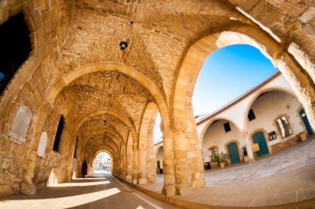 Arkady w dziedzińcu wczesnośredniowiecznego kościoła św. Łazarza w Larnace, fot. Kirill__M  / shutterstock.com