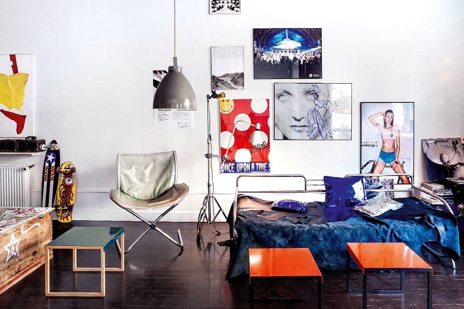 Wystrój salonu często się zmienia. Pod lampą kiedyś stał stół, teraz kanapie towarzyszą stoliczki z blatami z blachy (Habitat). Marta wprawną ręką i z poczuciem humoru zestawia żywiołowe kolory i wyraziste formy.