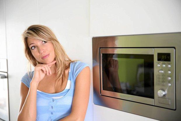 Czego nie wk�ada� do kuchenki mikrofalowej?